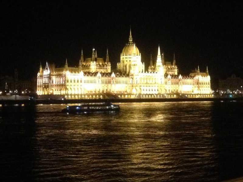 ハンガリーのブダペスト観光。2つの「世界一美しい○○」 マック? スタバ? 国会議事堂?