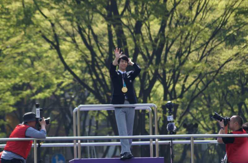 羽生結弦選手の仙台凱旋パレードで定禅寺通りのケヤキ並木を背景にベストショット写真&リアルカイジのコーラ一気飲みタンクトップ男&ウォッチンみやぎ
